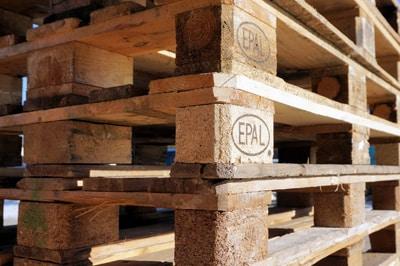 Kräuterturm aus Holzpaletten