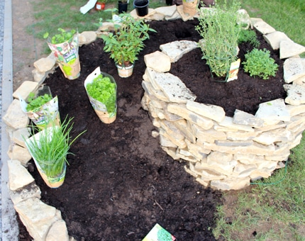 Wie man eine Kräuterspirale bepflanzt
