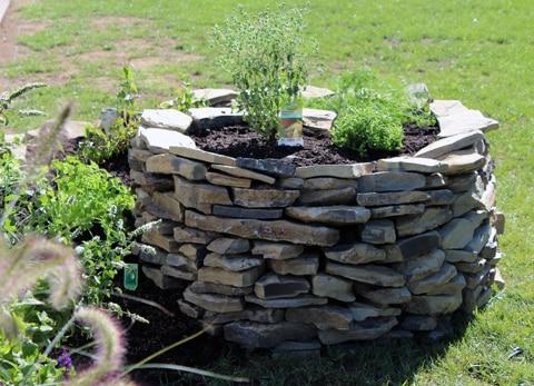 Kräuterspirale für kleine Gärten